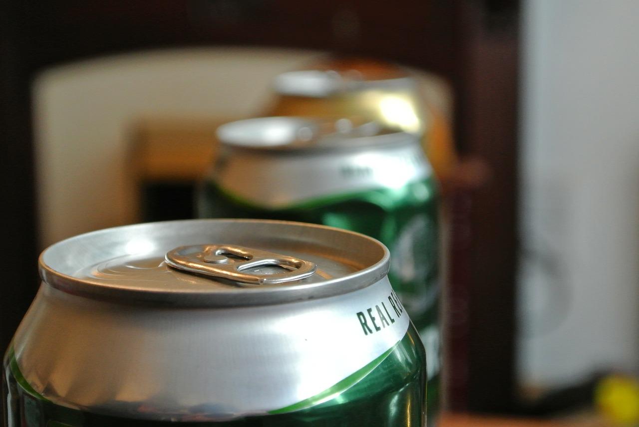 Latas de cerveza. Imagen: Pixabay.