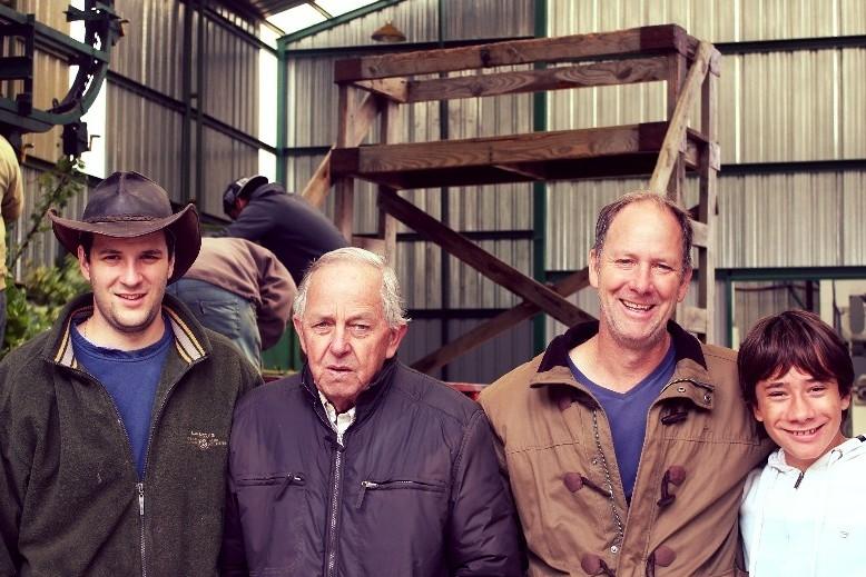 Klaus Leibrecht (segundo desde la derecha), junto con su padre Alfredo y sus hijos Andrés y Franco.
